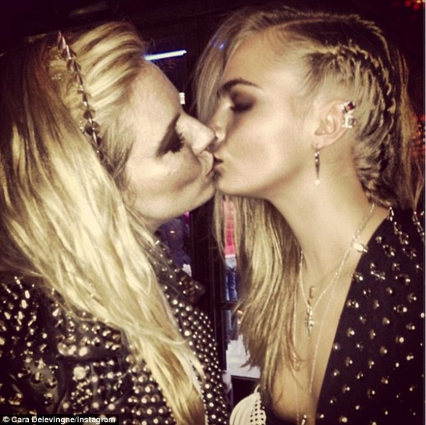 Поцелуи девушка с девушкой фото #7