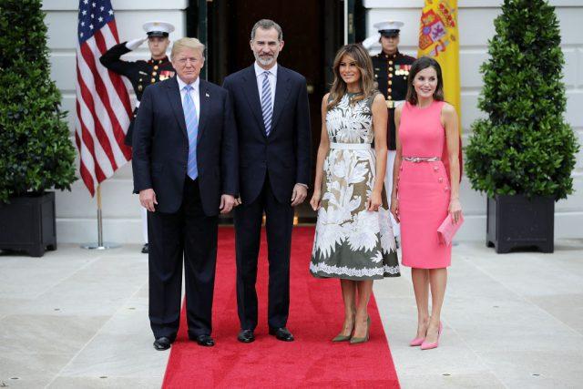 Мелания Трамп навстрече скоролевой Летицией. Чье одеяние лучше? Голосуй!