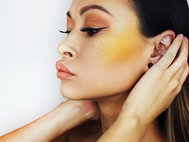 Insta-тренд для самых смелых: желтые румяна в макияже!
