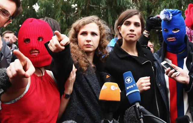 Они переоделись вполицейскую форму втуалете— Друзья Pussy Riot