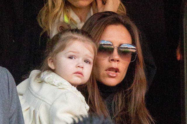 Виктория Бекхэм показала новейшую стильную стрижку дочери Харпер