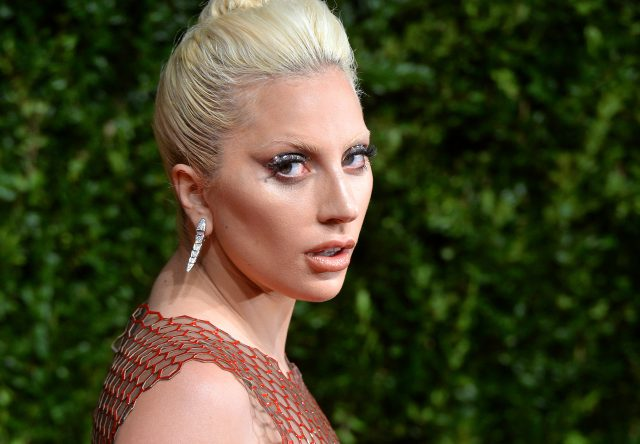 Множество поцелуев и свадьба: Леди Гага представила романтичное видео к фильму